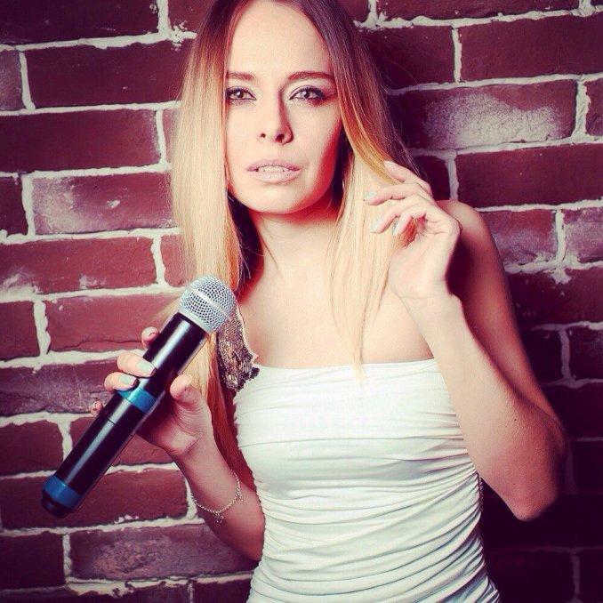 Юля Панфилова - вокалистка