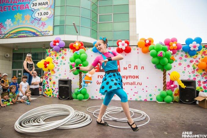 Игра с хула-хупами, световое шоу, воздушные полотна